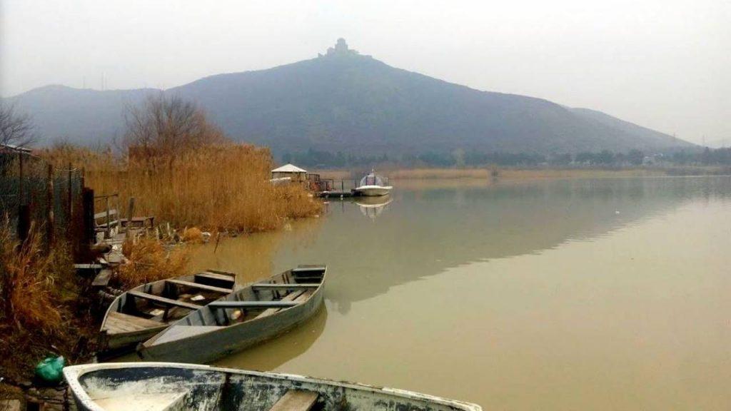 Вид с берега реки Кура на гору Джвари, Мцхета, Грузия