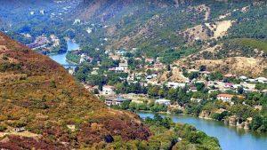 Город вдоль берега реки Арагви, Мцхета, Грузия