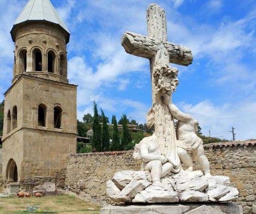 Скульптура с крестом на территории храма Самтавро, Мцхета, Грузия