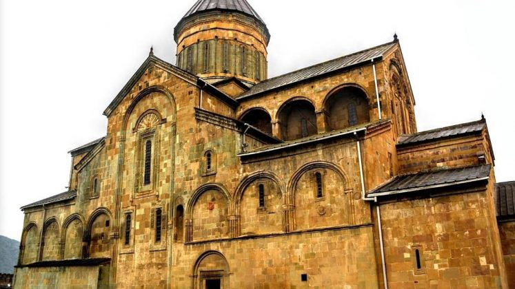 Величественное здание храма Светицховели, Мцхета, Грузия