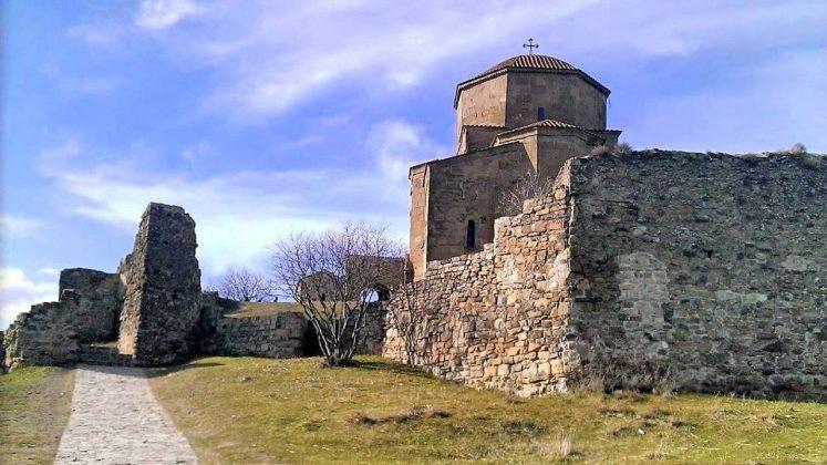 Руины стены вокруг храма Джвари, Мцхета, Грузия
