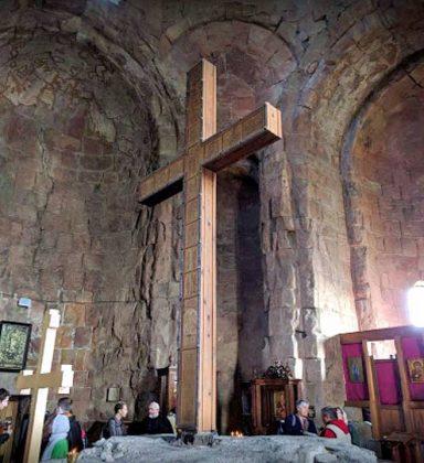 Поклонный крест в храме Джвари, Мцхета, Грузия