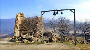 Рамка с колокольчиками при входе на территорию храма Джвари, Мцхета, Грузия