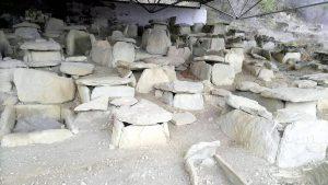 Камни древних сооружений в археологическом парке Армази, Мцхета, Грузия
