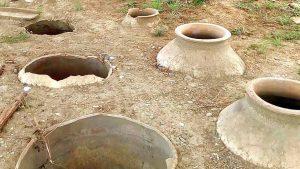 Закопанные в землю квери на территории парка Армази, Мцхета, Грузия