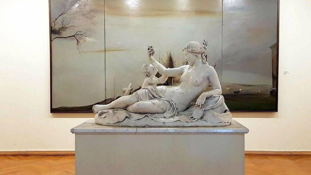 Скульптуры в музее искусств Аджарии, музей искусств Аджарии, Батуми, Грузия