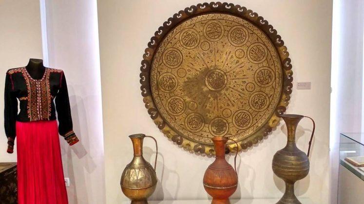 Традиционные кувшины и наряд Грузии, Краеведческий музей Аджарии, Батуми, Грузия