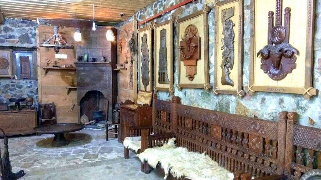 Резные лавки и картины из дерева, Этнографический музей Борджгало, Батуми, Грузия