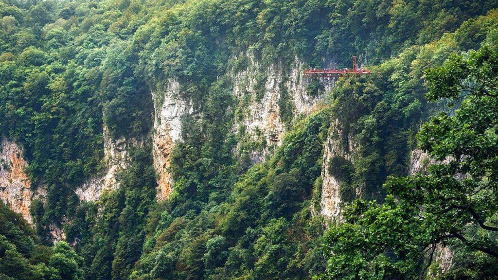 Площадка над обрывом для осмотра горных пейзажей, Национальный парк Мтирала, Батуми, Грузия