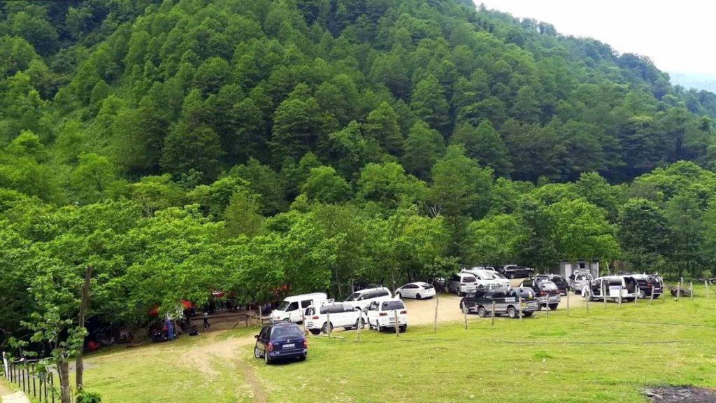 Стоянка для машин перед входом в парк, Национальный парк Мтирала, Батуми, Грузия