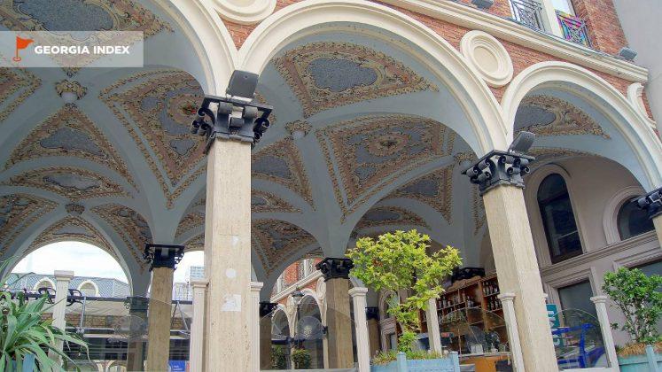 Арочные своды зданий, площадь Пьяцца, Батуми, Грузия