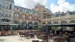 Столики ресторанов на площади , площадь Пьяцца, Батуми, Грузия