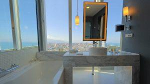Ванная комната в стандартном номере с видом на море, Radisson Blu Batumiotel, Батуми, Грузия