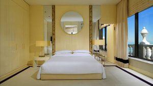 Спальня номера Penthouse Suite , Sheraton Hotel, Батуми, Грузия
