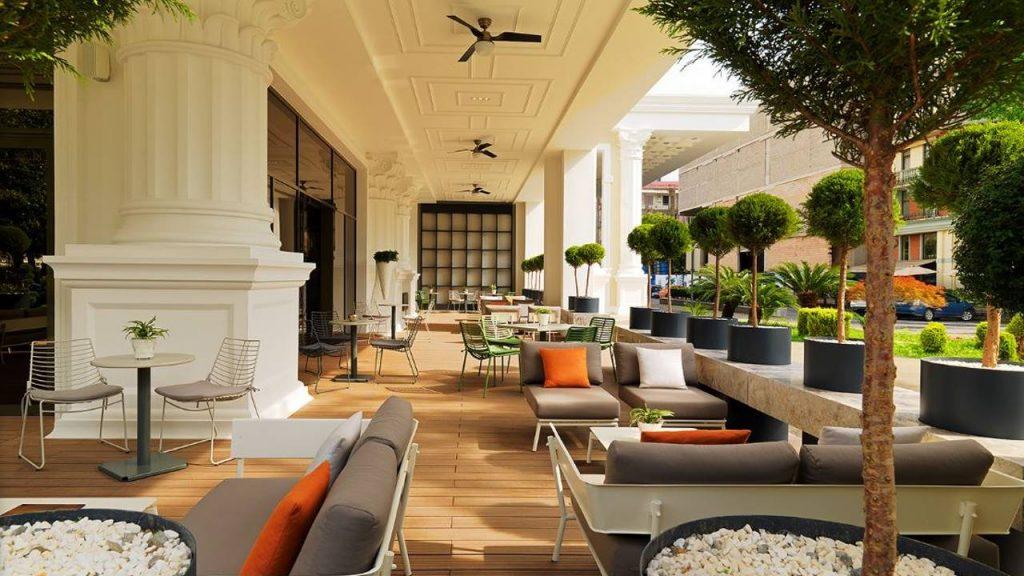 Терраса отеля с диванчиками для отдыха гостей, Sheraton Hotel, Батуми, Грузия