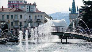 Вид на ЗАГС через фонтаны, поющие фонтаны, Батуми, Грузия