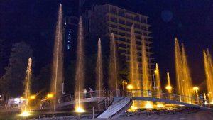 Мостик сквозь фонтаны, поющие фонтаны, Батуми, Грузия